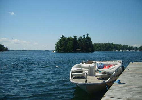 千岛位于美国和加拿大之间,分布着1864个独立的岛屿,乘船游览千岛湖